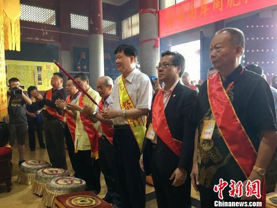 19日,纪念民族英雄郑成功收复台湾355周年纪念大会在郑成功的故乡——福建南安举行。 图为两岸民众共赴郑成功庙祭拜。 郭斌 摄