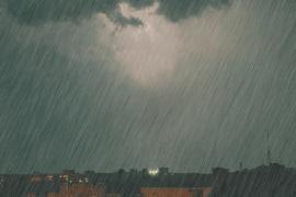 暴雨襲城你要怎麼躲?趟雨水後要用鹽水泡腳