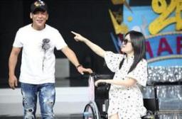謝娜坐輪椅錄節目 神態憔悴站起需攙扶
