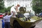 男子用装甲车接新娘