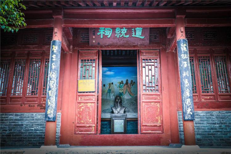 """古代儒家倡导有道统就有治统,因为""""治统得道统而盛,道统赖治统而光。""""祭祀道统三圣人,是嵩阳书院的传统,在中国古代书院中,唯有嵩阳书院保存此种祭祀形式,使嵩阳书院成为传承儒家理学思想正宗嫡传之所。 """"海纳百川,有容乃大;壁立千仞,无欲则刚""""。此联为清末政治家林则徐所作。意为:大海因为有宽广的度量才容纳了成百上千的河流;高山因为没有勾心斗角的俗心杂欲才如此的挺拔。上下联最后一字——""""大""""与""""刚"""",意思是说,这种浩然之气,最伟大,最刚强。这种海纳百川的胸怀和""""壁立千仞""""的刚直,来源于""""无欲""""。"""