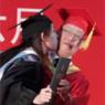 """毕业偷""""吻""""校长"""