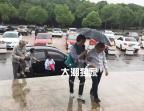 暴雨天也挡不住!海宁的老太太们组团打着伞,到底要去干嘛?