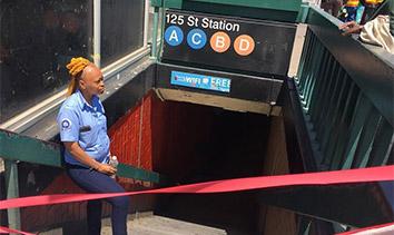 纽约地铁车厢脱轨