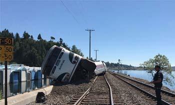 美国华盛顿一列车出轨