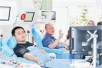 云南男子30年献血人生 花甲生日带着儿子来献血