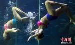美女表演水下芭蕾