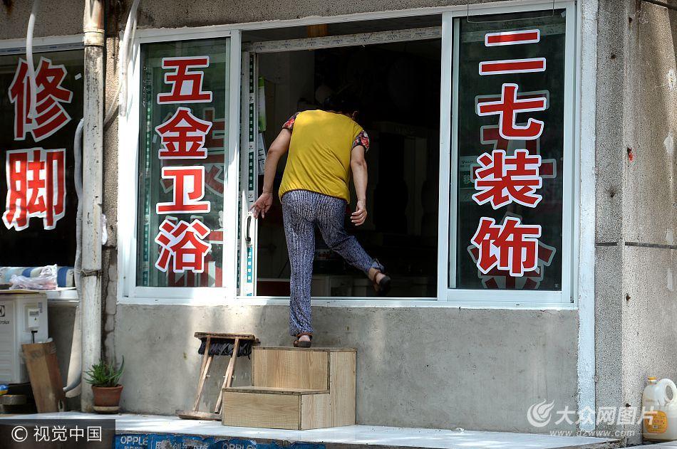 """济南现""""大风厂""""商铺 进出全靠爬梯子"""
