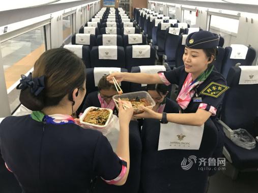 日工作18小时 青岛进京高铁上的90后