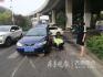 济南一孕妇开车出行 一不小心车被石头卡住了