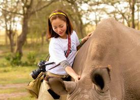 美女拥抱犀牛
