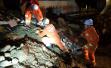 河南辉县一大货车侧翻司机被埋 警民锹铲手刨将其救出