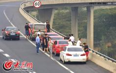 济青高速南线国庆节将更堵 交警重点抓拍应急车道违停