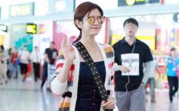 陈妍希穿彩虹装现身 甜笑露?#20449;评?#28065;