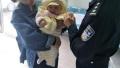 民警在单位执勤 妻子抱3个月大的女儿给他送月饼