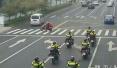 杭州萧山一条斑马线前,十几辆特警车集体做了一个动作