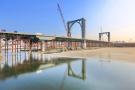 沈阳东塔跨浑河桥50米高桥塔已完成吊装