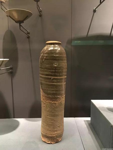 灰绿釉鸡腿瓶-首都博物馆藏。还有一种观点,认为梅瓶是由契丹民族的鸡腿瓶演化而来的,看起来似乎也不无道理。