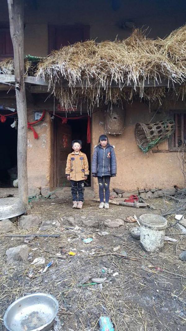 姐弟俩站在房前。 本文图片 受访者:王刚奎 供图
