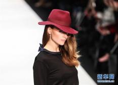 天才摄影师拍T台模特走秀 模特展示Maisonnoee品牌新款时装