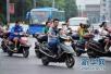 超标电动车市场仍在售 车主嫌麻烦能挂摩托车牌却不挂