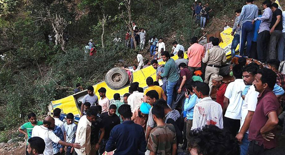 印度校车坠入峡谷