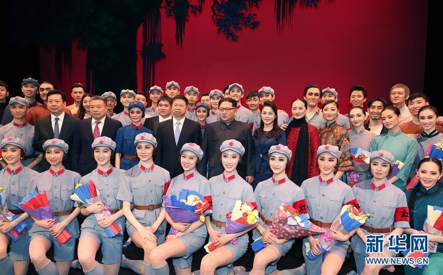 4月16日,朝鲜劳动党委员长、国务委员会委员长金正恩和夫人李雪主在平壤观看中国艺术团演出的芭蕾舞剧《红色娘子军》。演出结束时,金正恩和李雪主上台同演职人员合影留念。新华社记者 姚大伟 摄