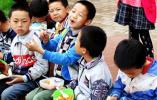 【组图】镜头记录山区留守儿童的午饭时间