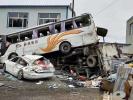 客车高速行驶侧翻撞上路边两辆车 造成一死两伤