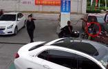 险!男子为威胁工作人员 加油站内放火周围全是车