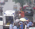 感谢有你!男子济南街头晕倒 过路军人为病人打伞