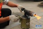 沧州:650余名志愿者集中行动清理非法小广告