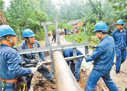 永城遭遇强降水遇险 电力工人奋战抢险救灾一线