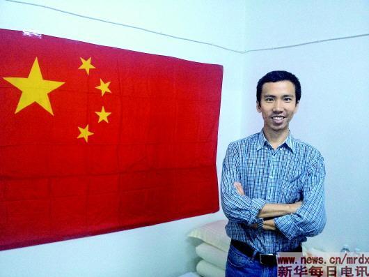 2015年3月空袭时,刘万利在中国驻也门使馆地下室与国旗合影.图片