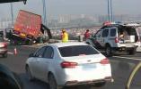 突发!又一车辆失控冲破护栏险坠江,这次是在江阴大桥……
