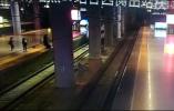 命悬一线!列车进站,女子突然跳下站台……
