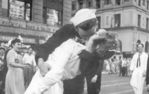 """二战经典照""""胜利之吻""""男主角去世 距96岁生日仅差两天"""