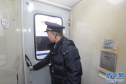 信号工变身乘务员,助力节后春运旅客返程