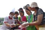 包粽子制香囊 游客北京大观园品味红楼端午