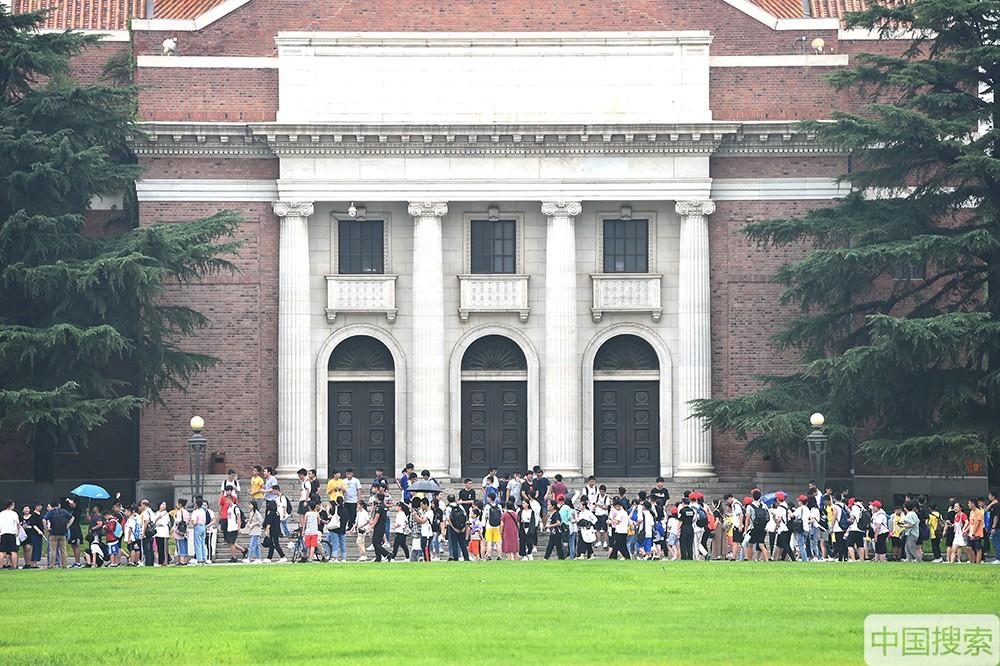 2019年7月17日,北京,暑期已经拉开帷幕,清华大学又一次迎来参观高峰期,来自全国各地的学生及老师家长进校参观游览,一睹名校风采。图为众多游客参观大礼堂。中国搜索宋家儒摄