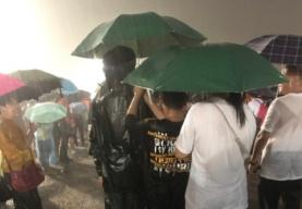北京暴雨游客冒雨看升旗 14亿护旗手在这里!