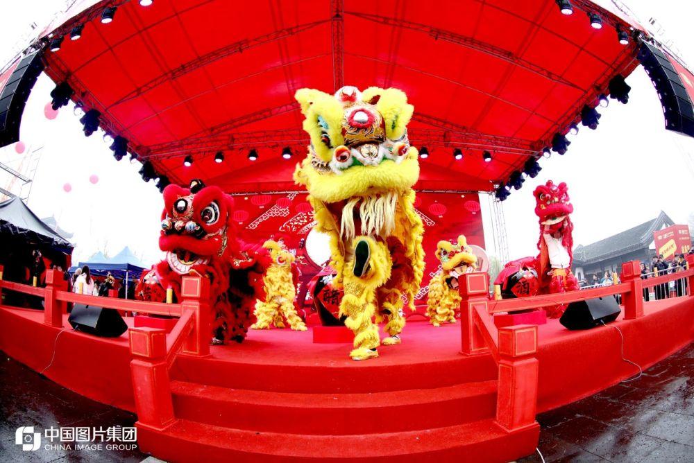 开幕式现场舞龙舞狮表演。