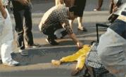央媒批亲妈街头踩踏幼女