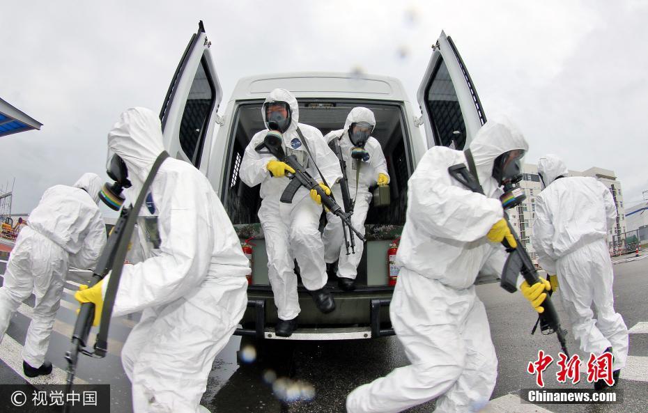 山东武警反恐训练穿防辐射服持枪进