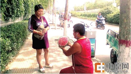 """郑州:卖瓜大哥送老婆的""""牡丹"""",甜!"""