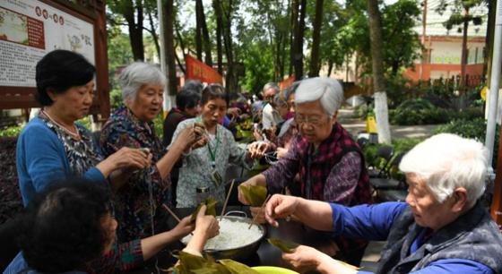 重庆老人包粽子迎端午佳节