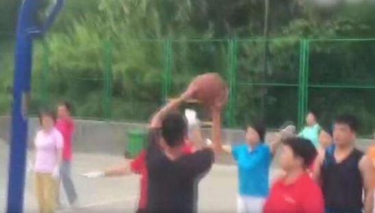 河南洛阳小伙_洛阳小伙与广场舞老人球场公园为老人提供新场地-中国搜索河南