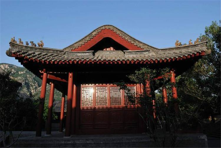 """登封""""天地之中""""历史建筑群,是一组无与伦比的东方古代建筑艺术殿堂和一处无可替代的人类文化遗产,凝练与舒展、雄浑与博大、沧桑与辉煌,向世人展示着中国古代建筑的精巧之美和中华悠久历史文化的璀璨光华。(郑州市纪委报送)"""