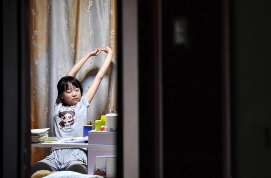 怎样 考生/每天晚上,家里只有女儿房间的灯亮着。