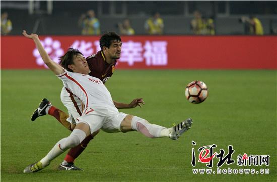 权健/图为河北华夏幸福队21号阿洛伊西奥(右)带球突破。